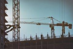 Κατασκευή των multi-storey σπιτιών επιτροπής, ουρανοξύστης στη μητρόπολη με τους υψηλούς γερανούς Χτίζοντας Μόσχα στοκ εικόνες
