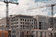 Κατασκευή των multi-storey σπιτιών επιτροπής, ουρανοξύστης στη μητρόπολη με τους υψηλούς γερανούς Χτίζοντας Μόσχα στοκ φωτογραφίες