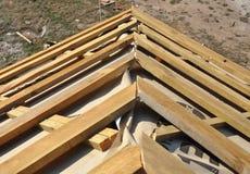 Κατασκευή υλικού κατασκευής σκεπής γωνιών στεγών σπιτιών Εγκαταστήστε τη στέγη σπιτιών με τα ξύλινες ζευκτόντα και τη μεμβράνη μό Στοκ φωτογραφίες με δικαίωμα ελεύθερης χρήσης