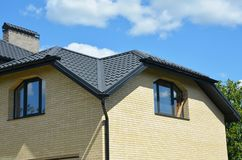 Κατασκευή υλικού κατασκευής σκεπής με Σπίτι τούβλου με την κατασκευή υλικού κατασκευής σκεπής προβλήματος και το σύστημα σωληνώσε στοκ εικόνα με δικαίωμα ελεύθερης χρήσης