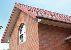 Κατασκευή υλικού κατασκευής σκεπής Αττική κατασκευή στεγών σπιτιών τούβλου με τα κεραμικές κεραμίδια στεγών αργίλου και την υδρορ Στοκ φωτογραφίες με δικαίωμα ελεύθερης χρήσης