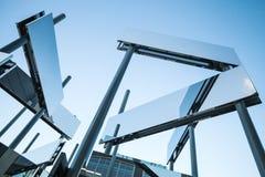 Κατασκευή φιαγμένη από καθρέφτες και χάλυβα Στοκ Φωτογραφία