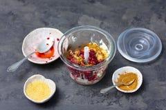 Κατασκευή mousse μούρων για το κέικ στοκ φωτογραφίες με δικαίωμα ελεύθερης χρήσης
