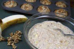 Κατασκευή Muffins καρυδιών μπανανών Στοκ Εικόνες