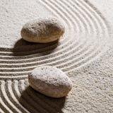 Κατασκευασμένες πέτρες στα κύματα για τις διαφορετική κατευθύνσεις ή την αλλαγή στοκ εικόνες
