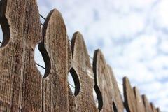 Κατασκευασμένοι ξύλινοι φράκτης και ουρανός Στοκ φωτογραφίες με δικαίωμα ελεύθερης χρήσης