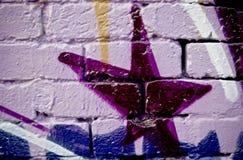 κατασκευασμένος τοίχος γκράφιτι τούβλου Στοκ φωτογραφίες με δικαίωμα ελεύθερης χρήσης
