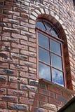 Κατασκευασμένος τουβλότοιχος προσώπου του πύργου με το σχηματισμένο αψίδα πλαίσιο παραθύρων Στοκ φωτογραφίες με δικαίωμα ελεύθερης χρήσης