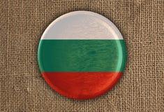 Κατασκευασμένο στρογγυλό ξύλο σημαιών της Βουλγαρίας στο τραχύ ύφασμα Στοκ Εικόνες