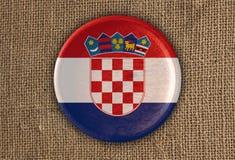 Κατασκευασμένο στρογγυλό ξύλο σημαιών της Κροατίας στο τραχύ ύφασμα Στοκ Εικόνες