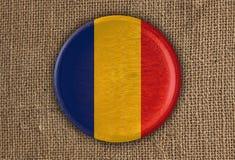 Κατασκευασμένο στρογγυλό ξύλο σημαιών της Ρουμανίας στο τραχύ ύφασμα Στοκ φωτογραφία με δικαίωμα ελεύθερης χρήσης