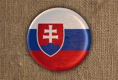 Κατασκευασμένο στρογγυλό ξύλο σημαιών της Σλοβακίας στο τραχύ ύφασμα Στοκ Εικόνες
