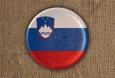Κατασκευασμένο στρογγυλό ξύλο σημαιών της Σλοβενίας στο τραχύ ύφασμα Στοκ Φωτογραφία
