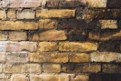 Κατασκευασμένο υπόβαθρο των παλαιών εξασθενισμένων τούβλων που λεκιάζουν με το μαύρο πετρέλαιο Μια κλίση τούβλου μεταξύ βρώμικοι  Στοκ Εικόνες