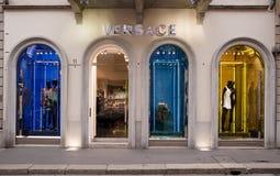 ΚΑΤΑΣΚΕΥΑΣΜΕΝΟΣ ΣΤΗΝ ΙΤΑΛΙΑ: Μπουτίκ Versace, Montenapoleone Στοκ εικόνα με δικαίωμα ελεύθερης χρήσης