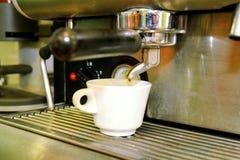 Κατασκευαστής καφέ Άσπρο φλυτζάνι καφέ κινηματογραφήσεων σε πρώτο πλάνο Μηχανή Expresso Στοκ Εικόνα