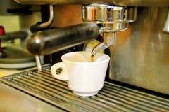 Κατασκευαστής καφέ Άσπρο φλυτζάνι καφέ κινηματογραφήσεων σε πρώτο πλάνο Μηχανή Expresso Στοκ εικόνα με δικαίωμα ελεύθερης χρήσης