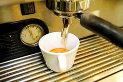 Κατασκευαστής καφέ Άσπρο φλυτζάνι καφέ κινηματογραφήσεων σε πρώτο πλάνο Μηχανή Expresso Στοκ φωτογραφία με δικαίωμα ελεύθερης χρήσης