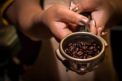 Κατασκευαστής καφέ και φασόλια σε διαθεσιμότητα Στοκ Εικόνες