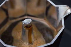 Κατασκευαστής καφέ (δοχείο moka) με το μαύρο espresso Στοκ Φωτογραφία