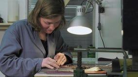 Κατασκευαστής κορμών στην εργασία στο εργαστήριο απόθεμα βίντεο