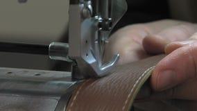 Κατασκευαστής κορμών στην εργασία στο εργαστήριό του απόθεμα βίντεο