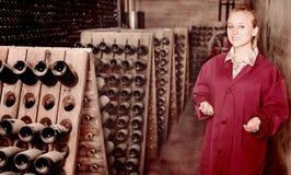 Κατασκευαστής κρασιού που φροντίζει τα μπουκάλια καρυκευμάτων Στοκ φωτογραφία με δικαίωμα ελεύθερης χρήσης