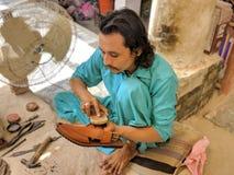 Κατασκευαστής παπουτσιών από το Πακιστάν Φτωχή εργασία που κάνει τη σκληρή δουλειά στοκ εικόνα με δικαίωμα ελεύθερης χρήσης