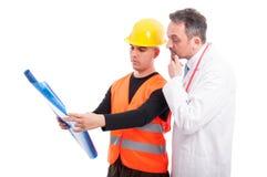 Κατασκευαστής που παρουσιάζει μπλε τυπωμένες ύλες στο γιατρό Στοκ Φωτογραφία