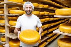 Κατασκευαστής τυριών στην αποθήκευση τυριών στοκ φωτογραφίες