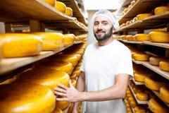Κατασκευαστής τυριών στην αποθήκευση τυριών στοκ εικόνες με δικαίωμα ελεύθερης χρήσης