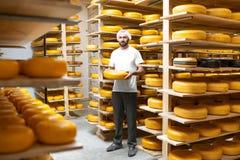 Κατασκευαστής τυριών στην αποθήκευση τυριών στοκ φωτογραφία με δικαίωμα ελεύθερης χρήσης