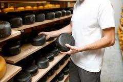 Κατασκευαστής τυριών στην αποθήκευση τυριών στοκ φωτογραφίες με δικαίωμα ελεύθερης χρήσης
