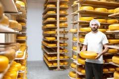 Κατασκευαστής τυριών στην αποθήκευση τυριών στοκ εικόνα με δικαίωμα ελεύθερης χρήσης
