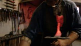 Κατασκευαστής των σφυρηλατημένων προϊόντων στο εργαστήριο απόθεμα βίντεο