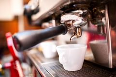 Κατασκευαστής Espresso με τον καφέ και τα φλυτζάνια στοκ φωτογραφία