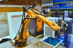 Κατασκευαστικοί εργαζόμενοι βραχιόνων ρομπότ στοκ φωτογραφία με δικαίωμα ελεύθερης χρήσης