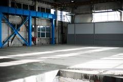Κατασκευαστικό εργοστάσιο Κενό κτήριο υπόστεγων μπλε ανασκόπησης που τονίζεται Το δωμάτιο παραγωγής με τα μεγάλες παράθυρα και τι Στοκ Εικόνες