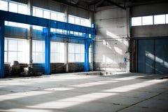 Κατασκευαστικό εργοστάσιο Κενό κτήριο υπόστεγων μπλε ανασκόπησης που τονίζεται Το δωμάτιο παραγωγής με τα μεγάλες παράθυρα και τι Στοκ φωτογραφία με δικαίωμα ελεύθερης χρήσης
