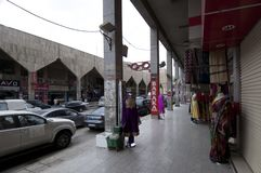 Καταστήματα και αγοραστές στα παλαιά καταστήματα και αγοραστές σε παλαιό Batha Ριάντ, Σαουδική Αραβία, 01 12 2016 Στοκ Φωτογραφία