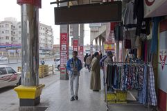 Καταστήματα και αγοραστές στα παλαιά καταστήματα και αγοραστές σε παλαιό Batha Ριάντ, Σαουδική Αραβία 01 12 2016 Στοκ Φωτογραφία