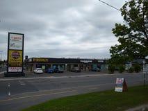 Καταστήματα που αντιμετωπίζονται από πέρα από την οδό στο πάρκο Greenfield, Longueuil, Κεμπέκ, Καναδάς στοκ εικόνες με δικαίωμα ελεύθερης χρήσης