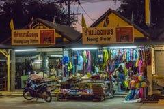 Καταστήματα στην παραλία Nopparat Thara, Aonang, Ταϊλάνδη Στοκ εικόνες με δικαίωμα ελεύθερης χρήσης