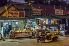 Καταστήματα στην παραλία Nopparat Thara, Aonang, Ταϊλάνδη Στοκ Εικόνες