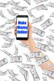 Καταστήστε τα χρήματα σε απευθείας σύνδεση, μήνυμα στο smartphone με τα πετώντας χρήματα Στοκ εικόνα με δικαίωμα ελεύθερης χρήσης
