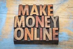 Καταστήστε τα χρήματα σε απευθείας σύνδεση στον ξύλινο τύπο Στοκ Εικόνες