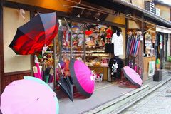 Καταστημάτων τα μπροστινά πουκάμισα ομπρελών καταστημάτων ιαπωνικά πωλούν, Κιότο, Ιαπωνία στοκ φωτογραφία