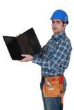 Καταστηματάρχης που εξετάζει το lap-top στοκ εικόνες
