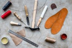 Καταστρέψτε την προετοιμασία των εργαλείων του για την εργασία Γκρίζα τοπ άποψη υποβάθρου γραφείων πετρών στοκ φωτογραφίες