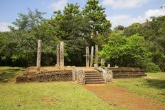 Καταστροφές ενός αρχαίου βουδιστικού ναού στο μοναστήρι Medamaluva Mihintale, Σρι Λάνκα στοκ φωτογραφίες με δικαίωμα ελεύθερης χρήσης